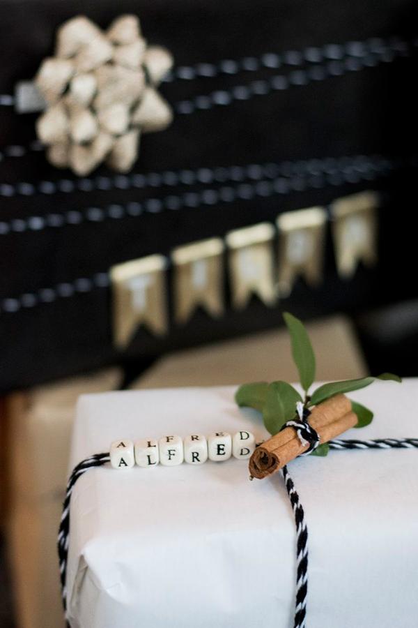 Envoltorios para regalos con elementos naturales. Rama de canela