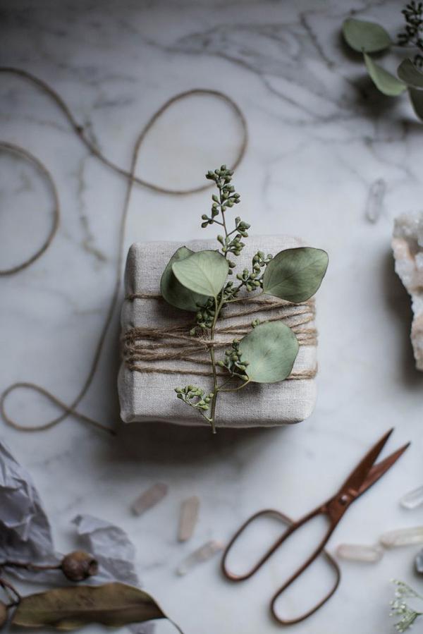 Envoltorios para regalos con elementos naturales. Hojas de eucalipto