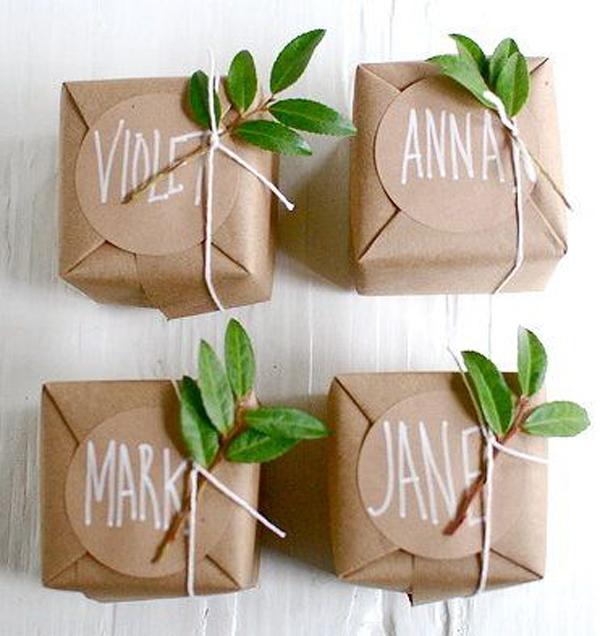 Envoltorios para regalos con elementos naturales. Ramitas con hojas