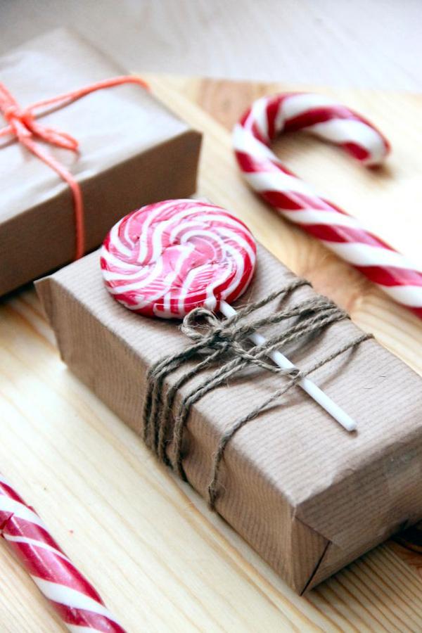 Envolver regalos con cuerda de yute y papel kraft