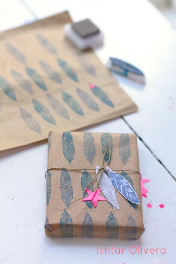 Papel para regalos estampado con sellos de plumas