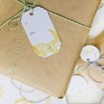 Utiliza etiquetas para personalizar el envoltorio de tu regalo