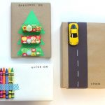 Envolver regalos de navidad para niños pegando pequeños juguetes al envoltorio