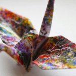 grulla de papel origami pintada de colores