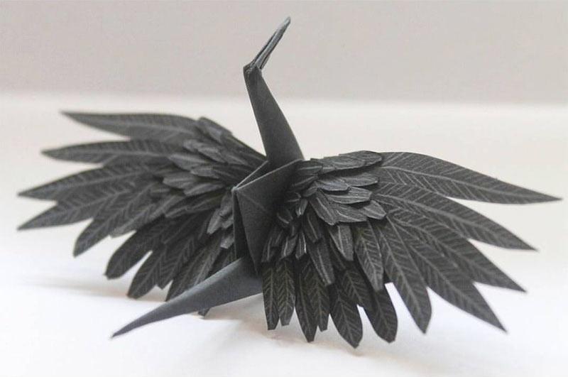 grulla de papel con plumas negras