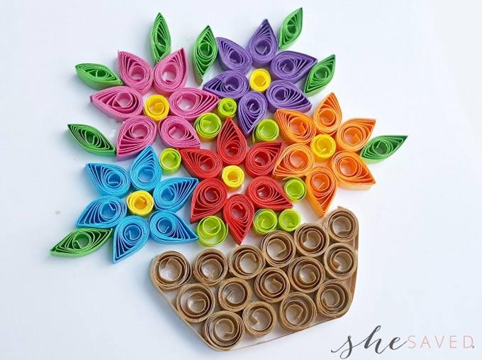Quilling filigranas de papel: cesta con flores de colores
