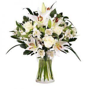Ramo de lirios y rosas blancas floraqueen