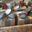 Envuelve regalos navideños con lazos y acebo