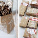 Envolver regalos de Navidad reciclando bolsas